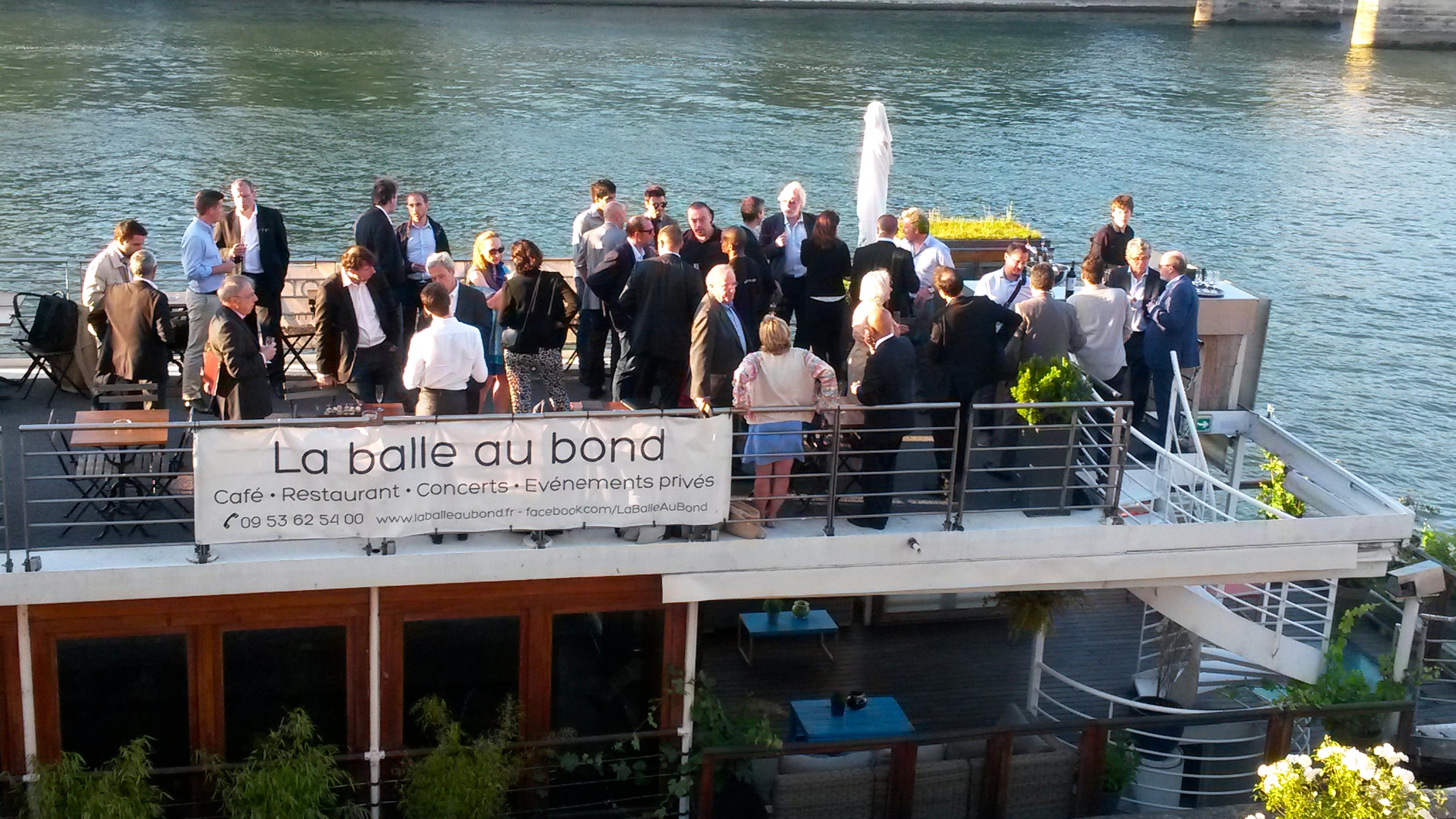 Business angels et auto-entrepreneurs se réunissent autours d'un cocktail sur la péniche La balle au bond
