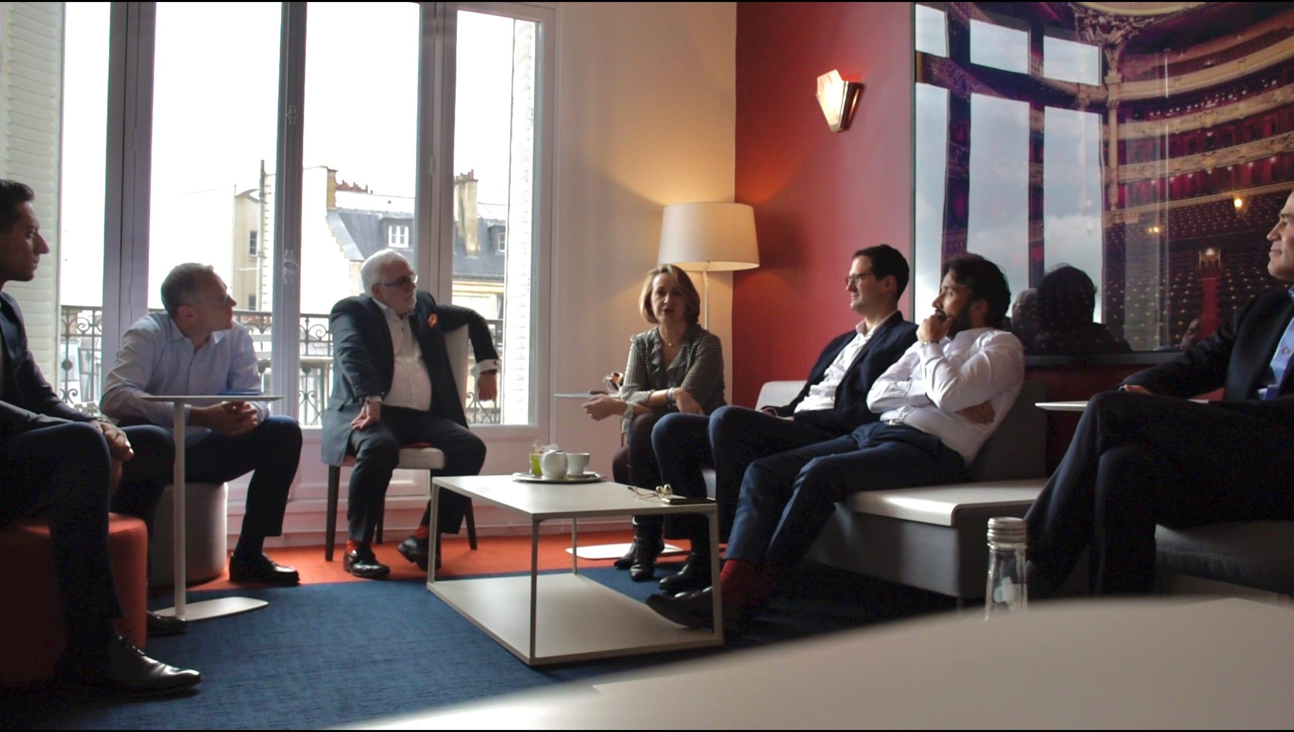 Marie-Hélène Fagard échange auprès des collaborateurs d'Arrowman Executive Search